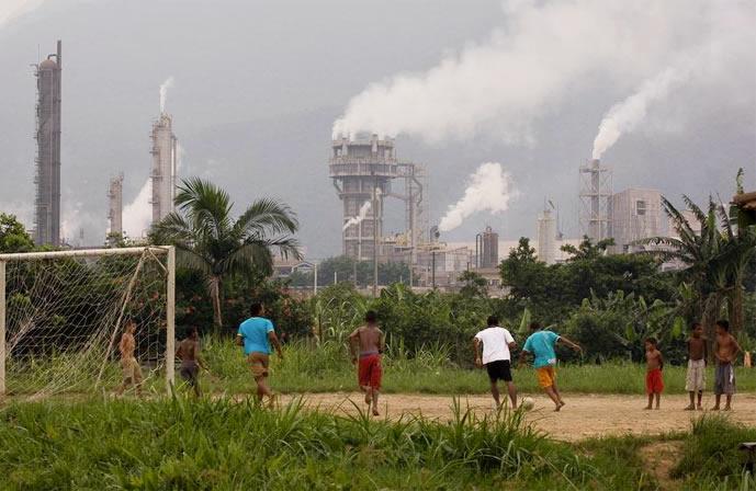 Trẻ em chơi đùa trước những ống khói chọc trời ở Thung lũng tử thần Cubatao.| ẢNH: GETTY IMAGE